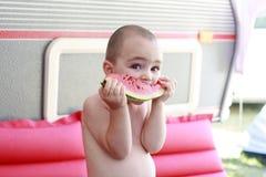 Petit garçon mangeant la pastèque Photographie stock libre de droits