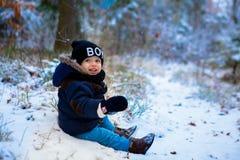 Petit garçon marchant dans la forêt d'hiver photo libre de droits