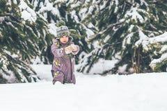 Petit garçon marchant en parc couvert de neige Images libres de droits