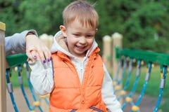 Petit garçon marchant sur le terrain de jeu Images libres de droits