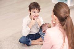 Petit garçon mignon à l'orthophoniste Photo stock