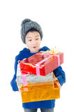 Petit garçon mignon asiatique avec le boîte-cadeau, visage de surprise photos stock