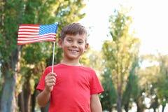 Petit garçon mignon avec le drapeau américain image stock