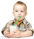 Petit garçon mignon avec une glace de lait Photos libres de droits
