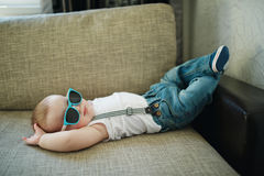 Petit garçon mignon dans des lunettes de soleil photos libres de droits