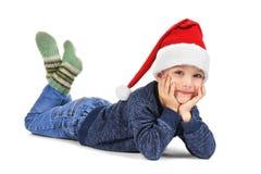 Petit garçon mignon dans le chapeau de Santa sur le fond blanc Photo libre de droits
