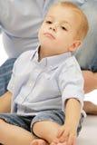 Petit garçon mignon dans le jeu bleu de chemise. photo libre de droits