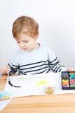 Petit garçon mignon de deux ans ayant la peinture d'amusement Photographie stock libre de droits