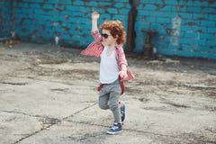 Petit garçon mignon de hippie courant loin images stock