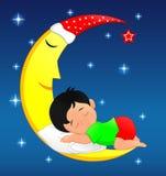 Petit garçon mignon dormant sur la lune Photo stock