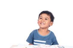 Petit garçon mignon heureux et souriant tandis que faites le travail images libres de droits