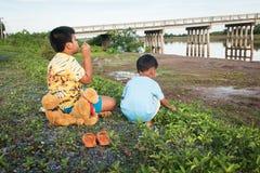 Petit garçon mignon jouant à la rivière image stock