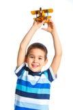 Petit garçon mignon jouant avec un avion de jouet Photo libre de droits