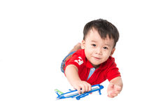 Petit garçon mignon jouant avec un avion de jouet Image stock