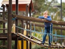 Petit garçon mignon jouant en parc dehors Photo libre de droits