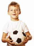 Petit garçon mignon jouant la boule du football d'isolement sur la fin de blanc vers le haut du moove contagieux Image stock