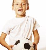 Petit garçon mignon jouant la boule du football d'isolement sur la fin de blanc vers le haut du moove contagieux photos stock