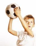 Petit garçon mignon jouant la boule du football d'isolement sur la fin de blanc vers le haut du moove contagieux Photographie stock libre de droits