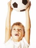 Petit garçon mignon jouant la boule du football d'isolement sur la fin de blanc vers le haut du moove contagieux Photo stock