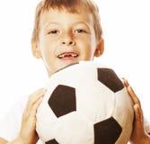 Petit garçon mignon jouant la boule du football d'isolement sur la fin de blanc vers le haut du moove contagieux photographie stock