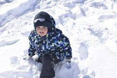 Petit garçon mignon portant les vêtements chauds jouant le bel hiver Photographie stock libre de droits