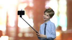Petit garçon mignon posant pour l'appareil-photo banque de vidéos