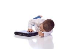 Garçon mignon avec un ordinateur portable Photos stock