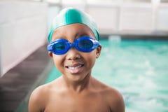 Petit garçon mignon souriant à la piscine photo stock