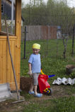 Petit garçon mignon travaillant dans le jardin Image stock