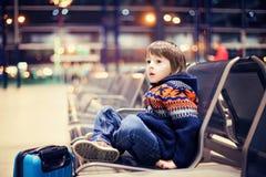 Petit garçon mignon, voyageant à la maison pour les vacances, temps de Noël photos libres de droits