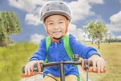 Petit garçon montant un vélo Images libres de droits