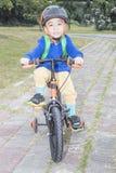Petit garçon montant un vélo Photos libres de droits