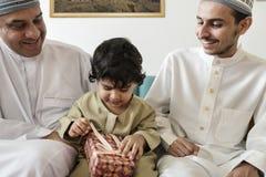 Petit garçon musulman avec sa famille Photos libres de droits