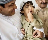 Petit garçon musulman avec sa famille Images stock