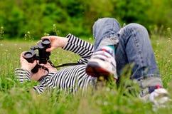 Petit garçon observant le ciel par des jumelles Photos libres de droits