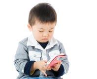 Petit garçon observant sur le mobile photo libre de droits