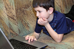 Petit garçon parcourant sur l'Internet photos libres de droits