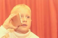 Petit garçon parlant au téléphone exprimant ses émotions Photos libres de droits