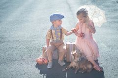 Petit garçon partageant la pomme avec la fille dans la robe de vintage Image stock