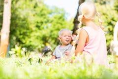 Petit garçon passant un jour splendide avec une soeur en parc photos stock