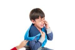 Petit garçon pleurant avec la fin de visage de tristesse de larme  photo libre de droits