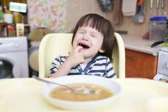 Petit garçon pleurant avec la soupe Image libre de droits