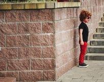 Petit garçon pleurant avec les cheveux rouges images stock