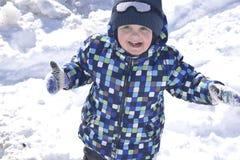 Petit garçon portant les vêtements chauds jouant sur la forêt d'hiver sur le beau Photographie stock libre de droits