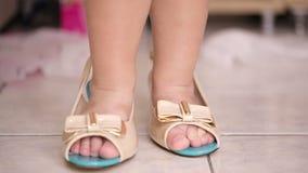Petit garçon portant ses chaussures de mères banque de vidéos