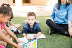 Petit garçon prenant une classe dehors photos libres de droits