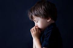 Petit garçon priant, enfant priant, fond image libre de droits