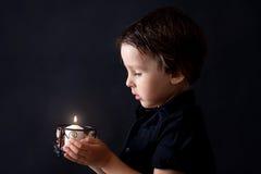 Petit garçon priant, enfant priant, fond d'isolement Photographie stock