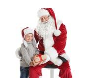 Petit garçon recevant le boîte-cadeau de Santa Claus authentique photographie stock libre de droits