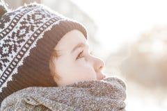 Petit garçon recherchant le ciel en hiver Photos stock